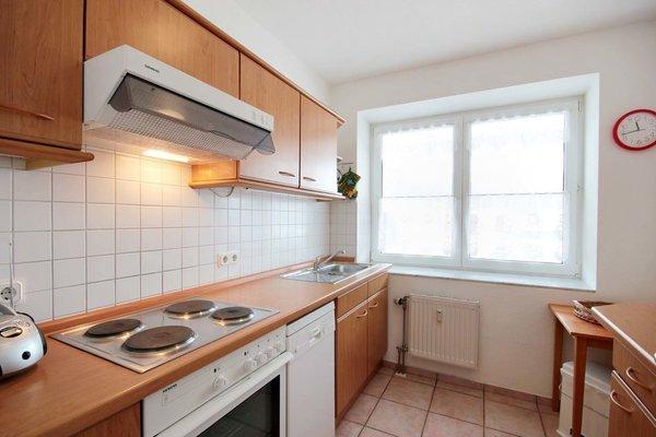 Die Küche ist komplett mit Herd, Kühlschrank, Mikrowelle, Geschirrspüler, Kaffeemaschine, Toaster und diversen Kleingeräten eingerichtet.