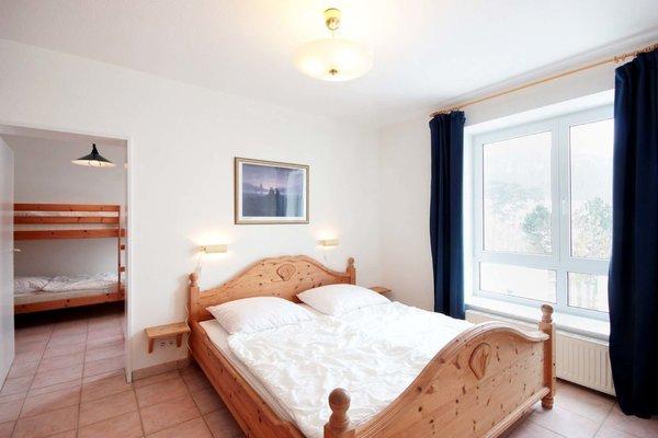 Das Hauptschlafzimmer ist mit Doppelbett ausgestattet.