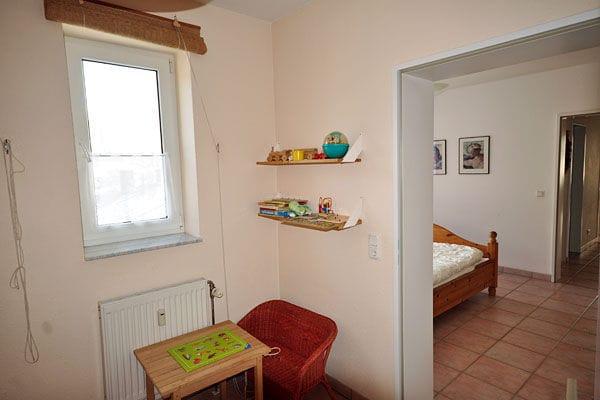 Für unsere kleinen Gäste gibt es in dem 2. Schlafzimmer auch einen kleinen Mal-und Spieltisch.