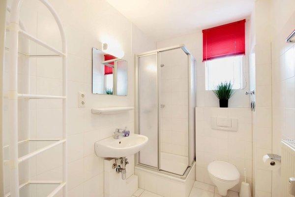 Im Badezimmer finden Sie eine Dusche, WC und Waschtisch.