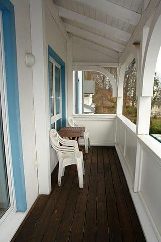 Vom Wohnraum haben Sie Zugang zum Balkon, welcher in Richtung Wilhelmstraße ausgelegt ist.