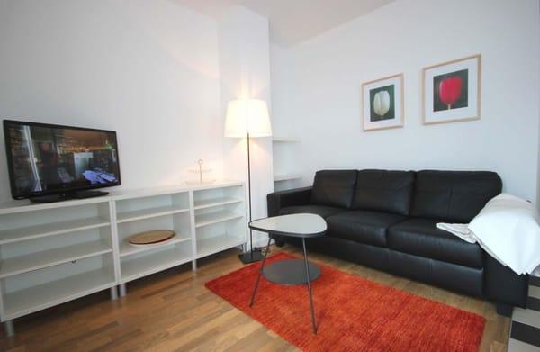 Der gemütliche Wohnraum ist mit einer Sitzgruppe & Flachbildfernseher ausgestattet.