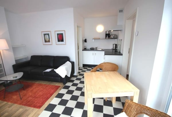 Zur im Wohnraum integrierten Wohnküche gibt es einen separaten Essplatz.