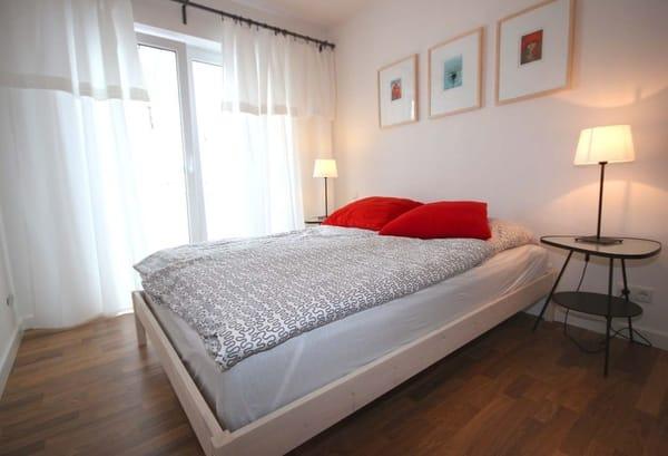 Im Schlafzimmer erwartet Sie ein Doppelbett sowie ein Kleiderschrank.