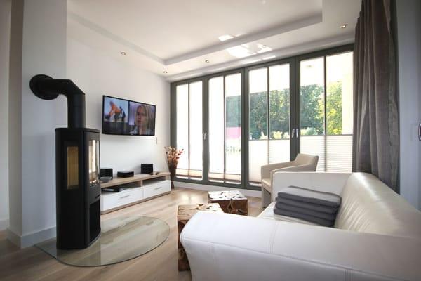 Ein Kaminofen sowie die Fußbodenheizung sorgen für behagliche Gemütlichkeit in der kälteren Jahreszeit im hochwertig ausgestattetem Wohnraum, techn. ausgestattet mit Flachbild-TV, Musikanlage, W-LAN.