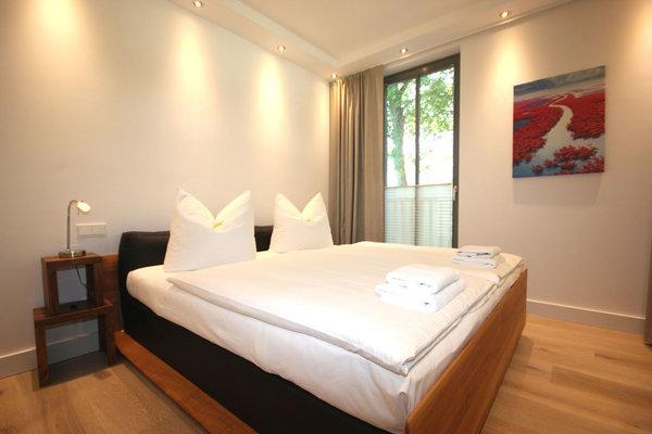 Das Hauptschlafzimmer zeichnet sich durch einen weiteren Flachbildfernseher und dem eigenen Bad aus.