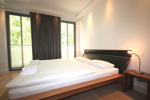 In beiden Schlafräumen befindet sich jeweils ein großes und gemütliches Doppelbett sowie ein Einbaukleiderschrank.