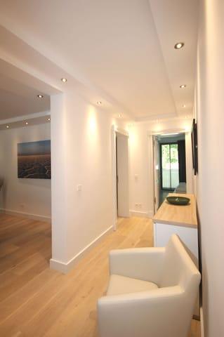 Das Wohnzimmer besticht durch seine offene Bauweise und lädt zum gemeinsamen Verweilen ein.