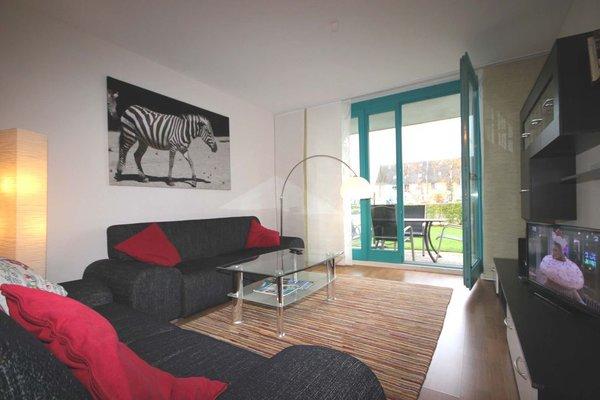 Im Wohnbereich mit angrenzendem Essbereich erwartet Sie eine gemütliche Sitzgruppe und gelangen von hier auf die möblierte Terrasse.