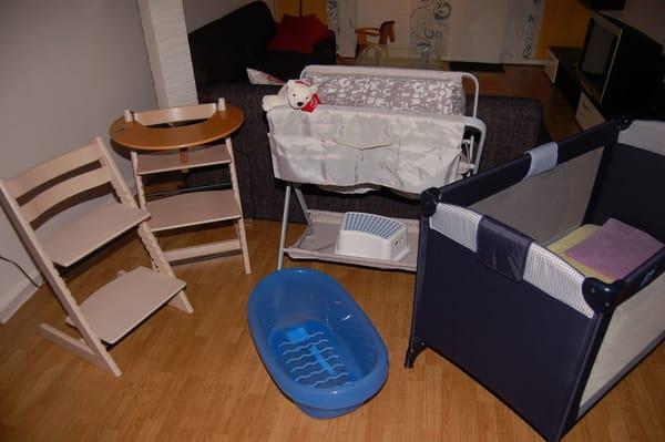 Für die kleinen Gäste stehen ein Kinderreisebett mit Extra-Kindermatratze, ein mobiler Wickeltisch, eine Baby-Badewanne, Kindertritt für das Waschbecken sowie 2 Marken-Kinderhochstühle bereit.