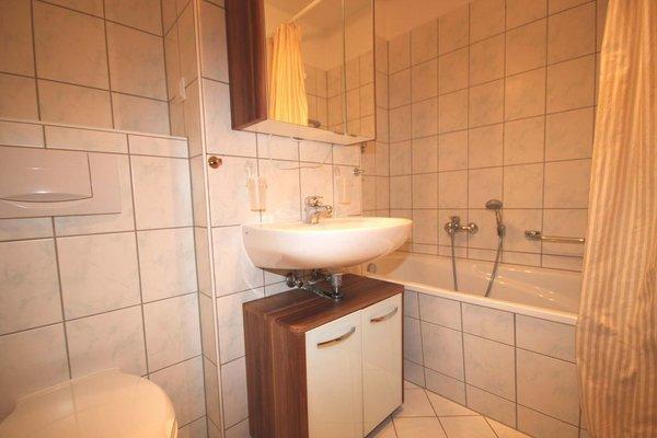 Das Bad ist ausgestattet mit einer Badewanne, Waschbecken & WC.