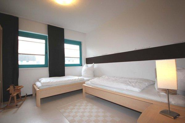 Im zweiten Schlafbereich finden Sie zwei Einzelbetten sowie eine kombinierte Anbauwand mit Kleiderschrank vor.