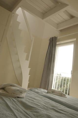 Schlafzimmer No.3 mit Treppe zum Hochbett im Spitzboden