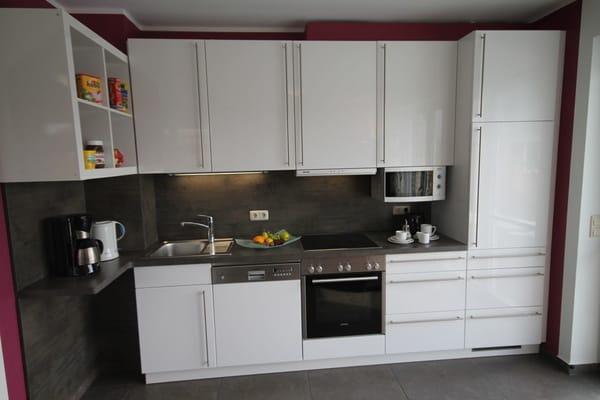Küche mit allem Komfort,     Ceranfeld mit  Backofen, Geschirrspüler, Mikrowelle, Kocher, Kaffeemaschine,Kühlschrank mit Gefrierfach, zweiter Kühlschrank (Abstellr.)