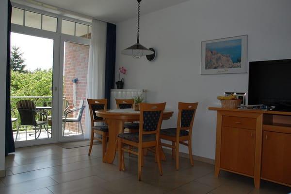 Wohnzimmer mit Essbereich und Balkon