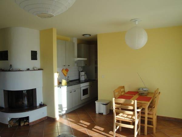 Wohnzimmer mit Kamin und integrierter Küche