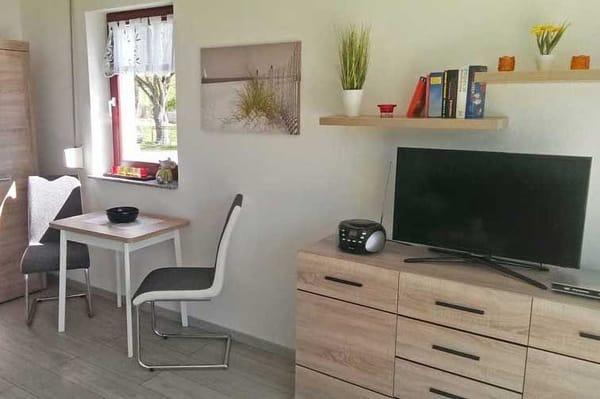Esstisch und Fernseher