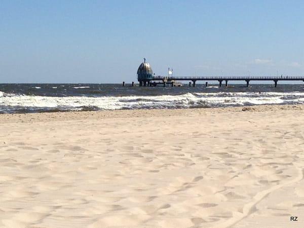 Ostseestrand Zinnowitz mit Blick auf die Seebrücke und Tauchglocke