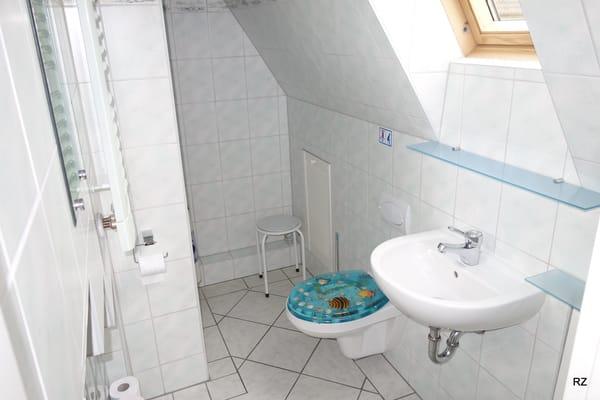 Bad mit Duche und WC im Obergeschoss