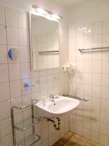 Bad, Echtglas-Duschkabine mit Schiebetüren, niedriger Einstieg, flache Duschwanne