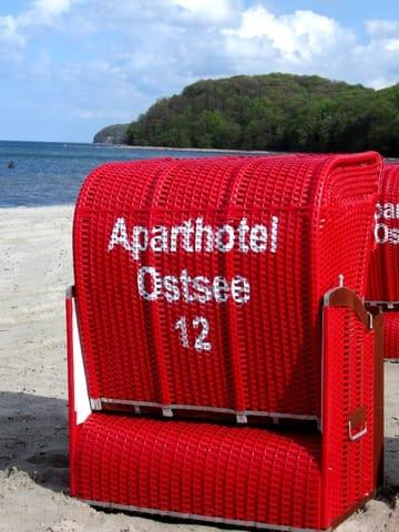 AHOI-Wohnung 402222-12 im Aparthotel Ostsee bietet von Mai bis September diesen STRANDKORB ohne Aufpreis