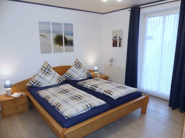 Schlafzimmer mit Doppelbett und Nachttischen incl. Lampen, Wecker mit Projektion der Uhrzeit