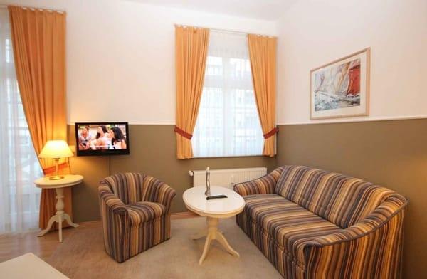 Im Wohnraum gibt es eine Sitz- und Essecke, ein Schlafsofa sowie ein Flachbild-TV und Radio.