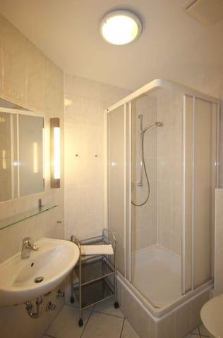 Vom vorgelagerten Flur aus erreichen Sie das Duschbad mit Waschtisch und WC.