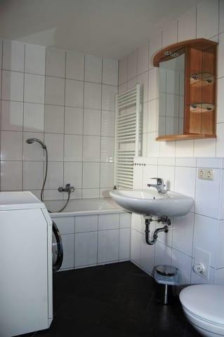 Bad EG mit Waschmaschine und Badewanne