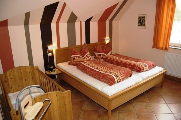 Schlafen DG, Doppelbett und  Kinderbett