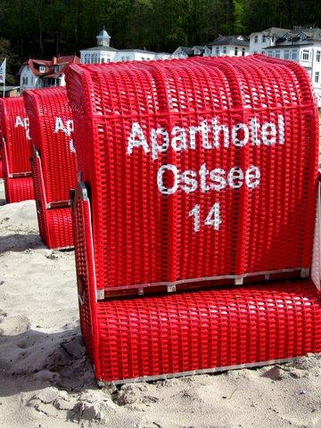 AHOI-Wohnung 402222-14 im Aparthotel Ostsee bietet von Mai bis September diesen STRANDKORB ohne Aufpreis, die Ostsee liegt wenige Meter weiter links