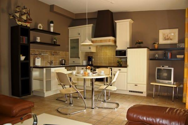 Küche mit allem Komfort,     Ceranfeld mit  Backofen, Geschirrspüler, Mikrowelle, Kocher, Kaffeemaschine,Kühlschrank mit Gefrierfach