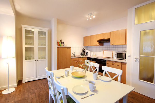 komplette Küchenzeile mit Ceran-Einbauherd, Geschirrspülmaschine, Mikrowelle und Essplatz