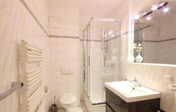 Duschbad mit Waschtisch, WC, Kosmetikspiegel und Handtuchheiztrockner