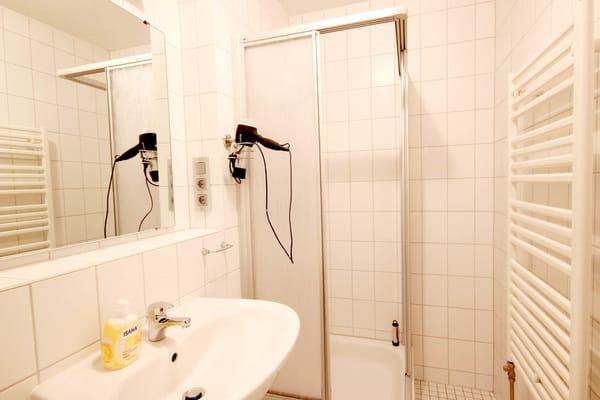 Badezimmer mit Waschtisch, Dusche und WC