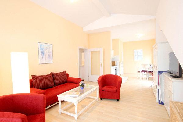 gemütlicher Wohnraum mit integrierter Küchenzeile und separatem Eßbereich