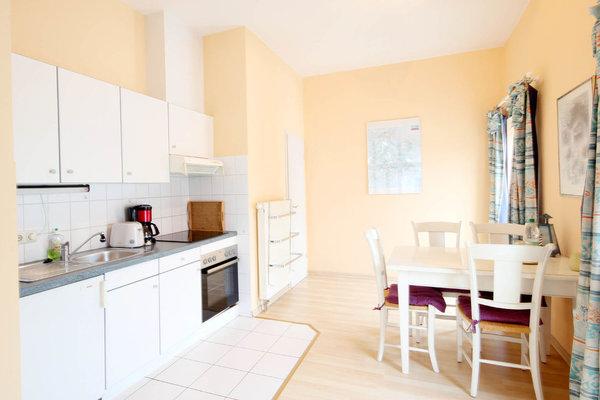 Die Kochzeile ist mit Kühlschrank und diversen Kleingeräten ausgestattet. Hier steht auch ein separater Eßplatz zur Verfügung.
