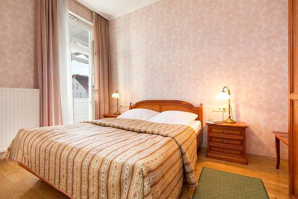 Das Schlafzimmer hat Doppelbett (1,60 x 1,90m) und Kleiderschrank und ebenfalls einen Austritt auf den großen Balkon.