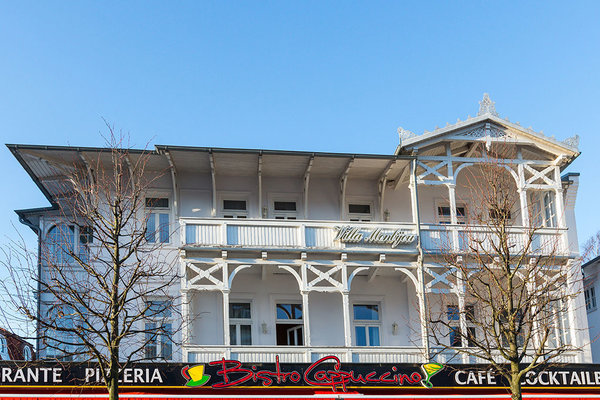Der Balkon befindet sich im 1.OG rechts (sozusagen hinter dem rechten Baum im Bild).
