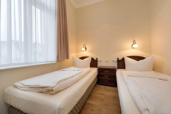Hier der Blick in das Schlafzimmer. Die Betten (Matratzen je 0,90x2m) werden nach Wunsch einzeln oder zusammen gestellt.