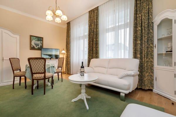 Das schöne Wohnzimmer hat einen Austritt zum Ostbalkon, der in das historische Zentrum blickt.