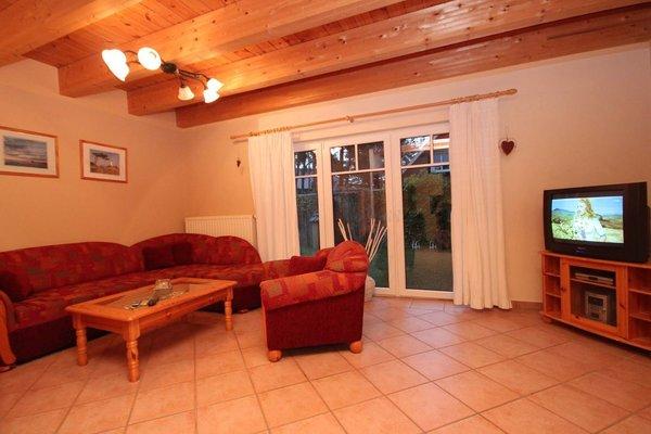 Im gemütlichen Wohnzimmer finden Sie ein TV-Gerät und Musikanlage vor. Eine Eckcouch bietet Schlafgelegenheit für die 5. Person.