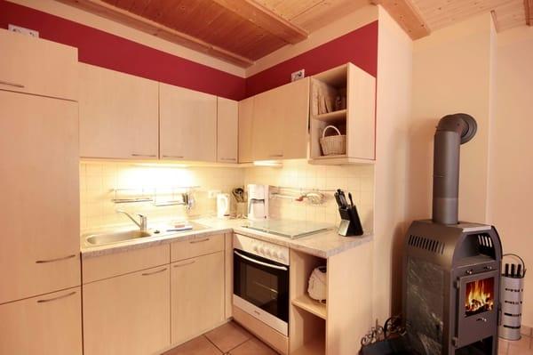 Die Küchenecke beinhaltet u.a. ein Cerankochfeld, Backofen, Kaffeemaschine und Toaster.