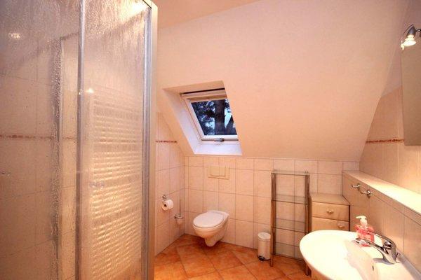 Im Dachgeschoss befindet sich das Badezimmer mit Dusche und WC.