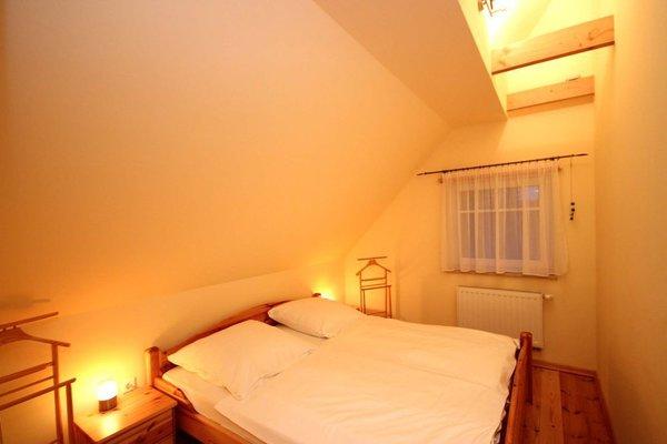 1. Schlafraum mit Doppelbett und Kleiderschrank