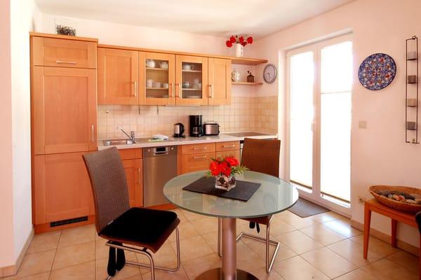 Küchenzeile it Backofen und Ceranfeld, Kühlschrank mit Eisfach und diversen Kleingeräten