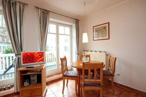 Wohnraum mit integrierter Kochzeile und separatem Essplatz