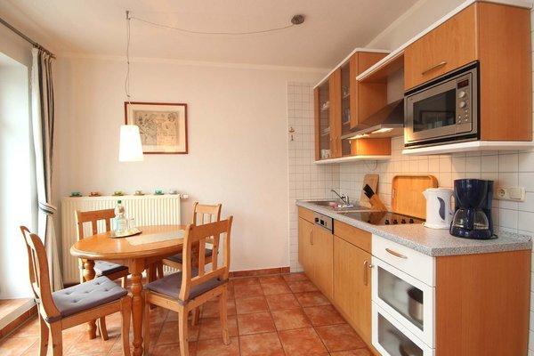 Die Kochzeile ist mit Geschirrspülmaschine, Kochgelegenheit, Kühlschrank und diversen Kleingeräten ausgestattet.