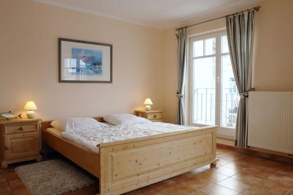 Im Schlafraum befindet sich ein Doppelbett und ein großer Kleiderschrank.