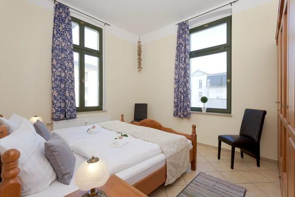 Das freundliche Schlafzimmer lockt für die Nachtruhe, aber auch für ein Schlummerstündchen am Nachmittag, mit einem bequemen Doppelbett.